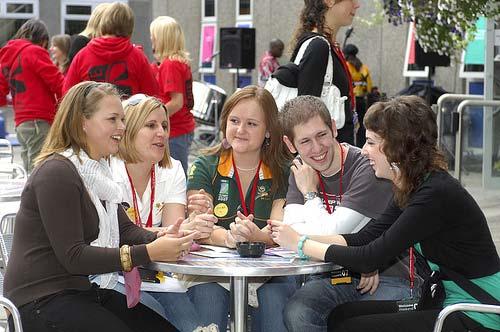 c'est quoi l'avantage les bienfaits d'avoir des amis à l'école pour les étudiants?